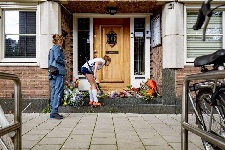 Belangstellenden leggen bloemen bij het kantoor van de doodgeschoten advocaat Derk Wiersum. Beeld ANP