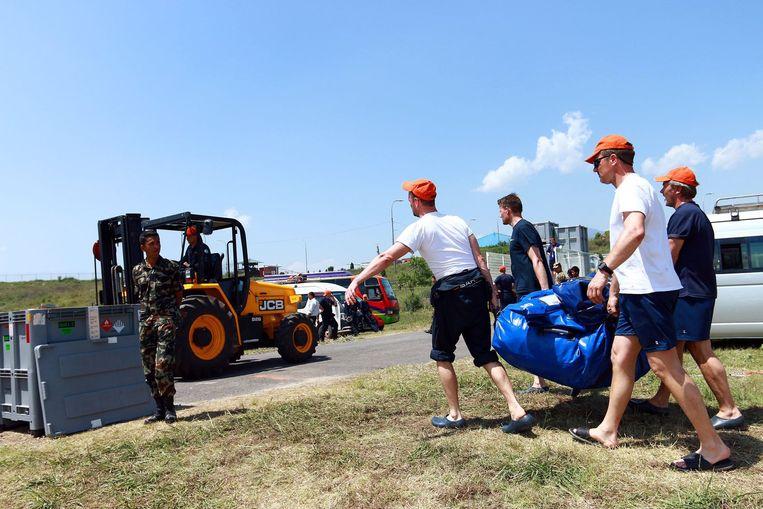 Nederlandse reddingswerkers breken hun basiskamp nabij Kathmandu af. Beeld anp