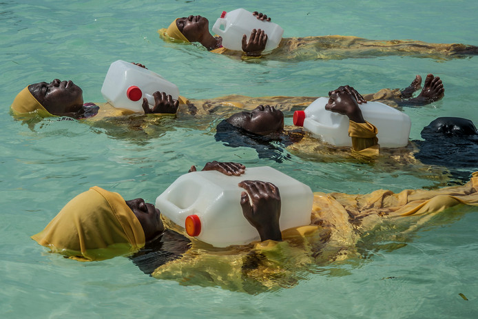 Jonge islamitische vrouwen uit Zanzibar leren zwemmen in de Indische Oceaan. Deze foto is te zien op de World Press Photo-expo op de TU/e.