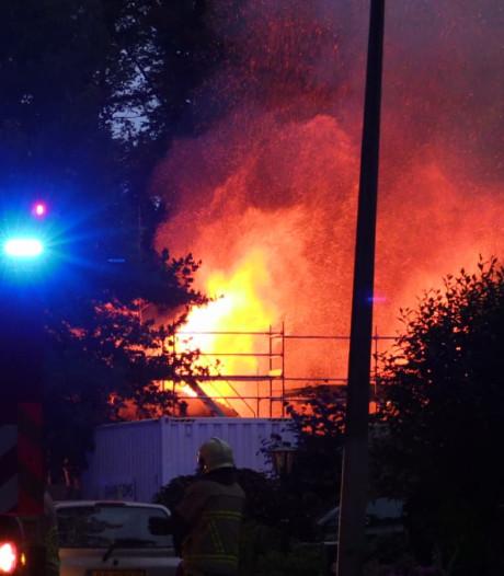 Brandweer heeft handen vol aan woningbrand in Boekelo