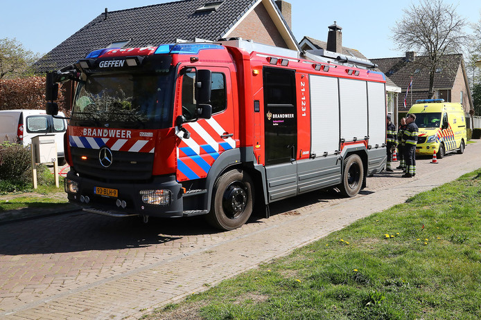 Man lichtgewond na brand in achtertuin woning Geffen.