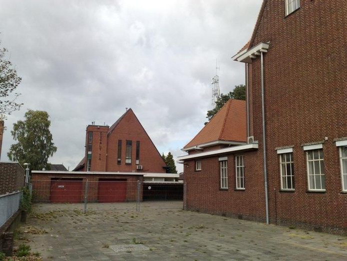 Eucalypta (achtergrond) achter het voormalige postkantoor (rechts). Foto: De Gelderlander