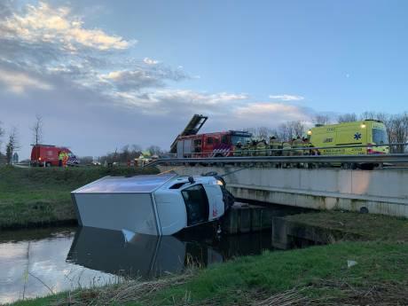 Bestelwagen vol pakketjes belandt in het water bij Heeswijk-Dinther