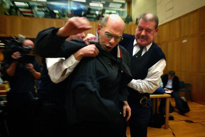 Ernest Louwes reageert woedend als hij in hoger beroep wordt veroordeeld in de Deventer moordzaak.
