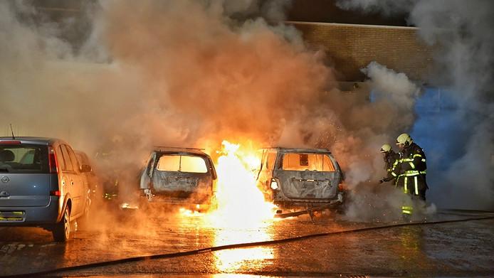 Drie auto's zijn uitgebrand, twee andere raakten beschadigd.