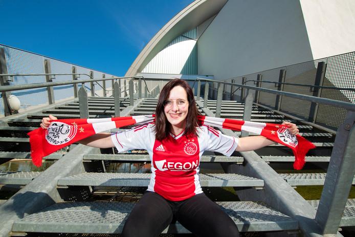 Lisa op de trappen van Theater Orpheus: ,,Ik kan me niet voorstellen dat Youp op het podium staat terwijl Ajax de finale speelt.''