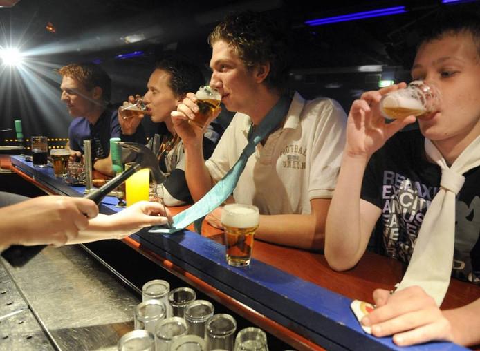 Het verbieden van stropdas drinken in café Uncle Sam is wettelijk niet mogelijk