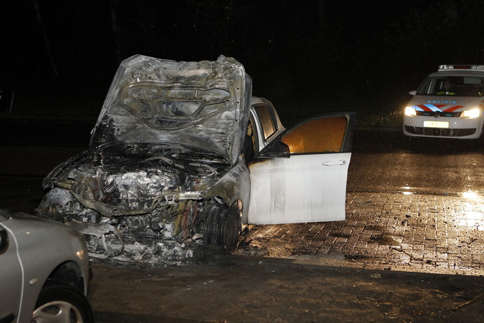 De auto is volledig uitgebrand. De auto daar tegenover kon deels gered worden.