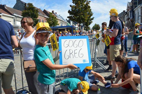 Tour de France in Geraardsbergen - De twaalfjarige Karsten moedigt zijn wielerheld Greg Van Avermaet aan op een HLN-bordje.