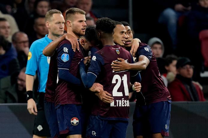 Damil Dankerlui viert de 0-2 tegen Ajax met zijn medespelers.