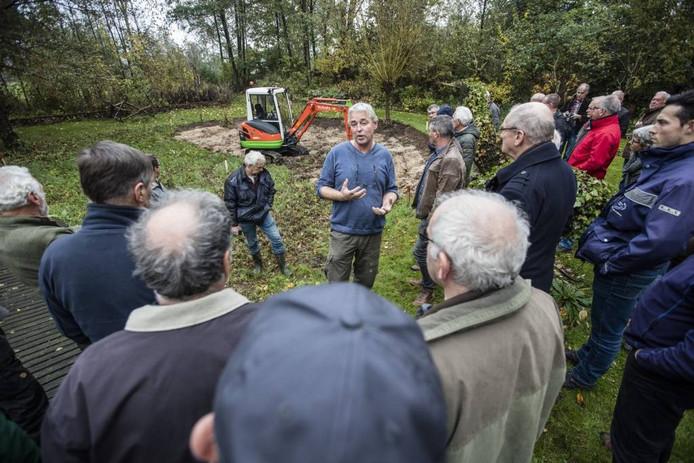 In de IVN-tuin in Aarle-Rixtel wordt een demonstratie poelenbeheer gegeven. foto ton van de meulenhof