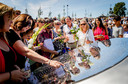 Nabestaanden van de slachtoffers bij het Nationaal Monument MH17