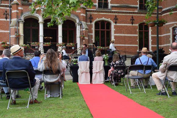 Hoeilanders kunnen trouwen aan de voet van het kasteel, waarin het gemeentehuis zich bevindt.