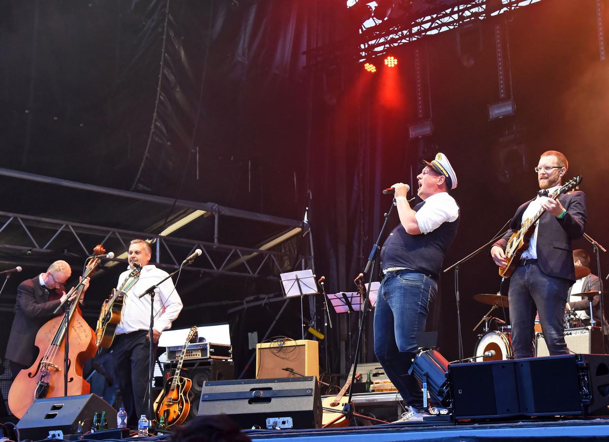 Maikel Harte treedt op met de Lamaketta's op De Ballade.