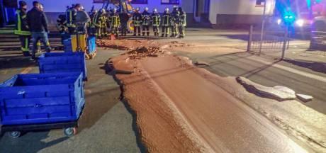 In beeld: Straat in Duitsland bedekt met dikke laag chocola
