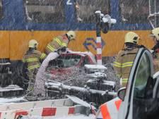 Auto botst op een trein bij spoorwegovergang in Velp