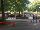 Herdenking op het schoolplein van basisschool de Korenaer.