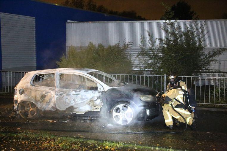 Op de Meteorenweg is een uitgebrande auto aangetroffen. Onderzoek moet uitwijzen of het om de vluchtauto gaat van betrokkenen bij een schietpartij met dodelijke afloop in het nabijgelegen Krommenie. Beeld anp