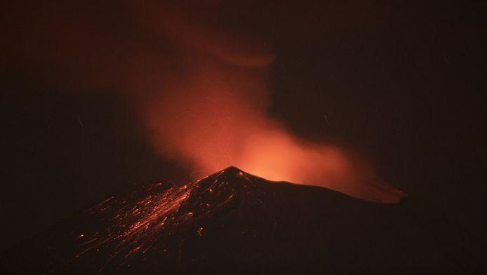 Er stijgt rook op uit de Popocatepetl.
