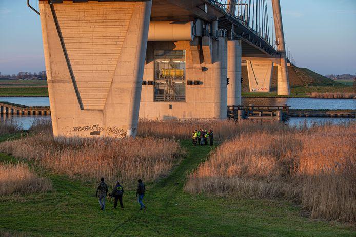 Sinds zondag wordt bij de Eilandbrug gezocht naar een vermiste vrouw uit Kampen.