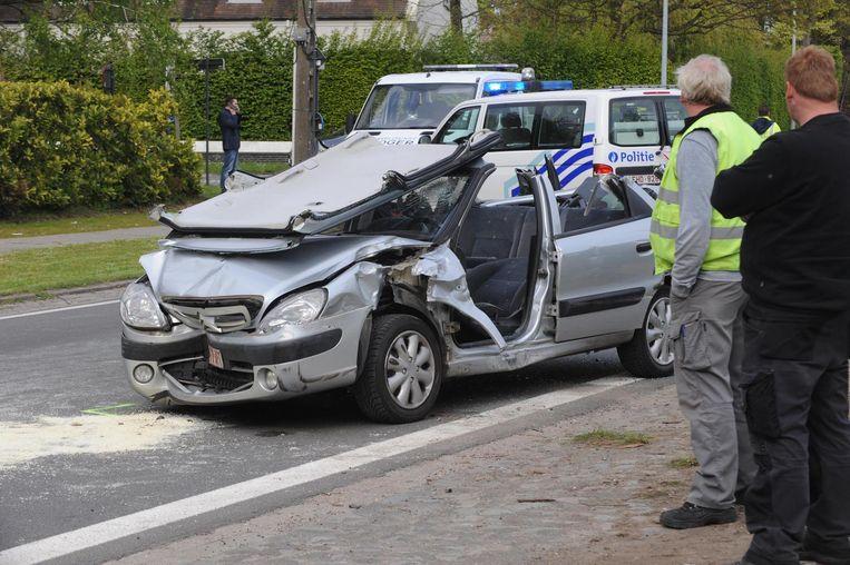 De auto waarin de bestuurster ernstig gewond raakte.