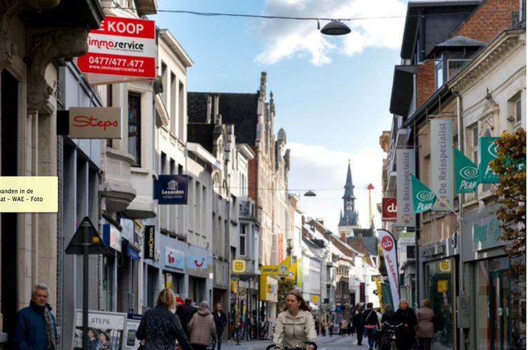 Een blik op de Antwerpsestraat. Verschillende winkelpanden staan er leeg.