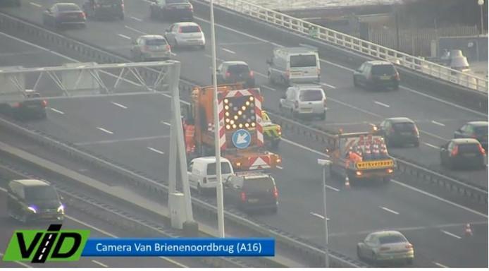 Twee vrachtwagens botste op de A16 voor de Van Brienenoordbrug, waarna de weg een tijdje dicht was.