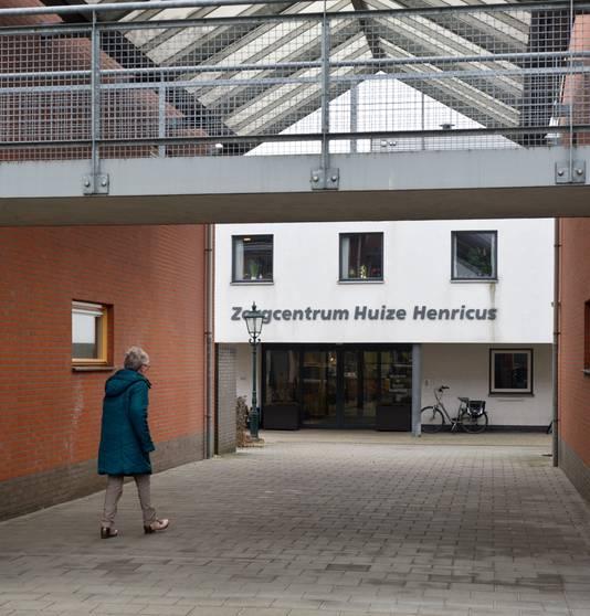 In voormalig zorgcentrum Huize Henricus in Wamel wonen nu mensen anti-kraak.