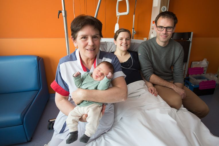 Uitgerekend op haar laatste werkdag hielp vroedvrouw Noëlla haar derde kleinkind ter wereld met mama Roselien, papa Stein Hoefkens en baby Adriaan Hoefkens.