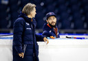 Coach Jeroen Otter en Sjinkie Knegt, die niet mee trainde, tijdens een training in Thialf. De Nederlandse shorttrackploeg maakt gebruik van het zogenoemde zomerijs dat het ijsstadion speciaal voor topsporters heeft aangelegd.