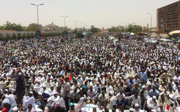 Ook vrijdag kwamen demonstranten naar het ministerie van Defensie in de hoofdstad Khartoem om een burgerregering te eisen.  Beeld AFP