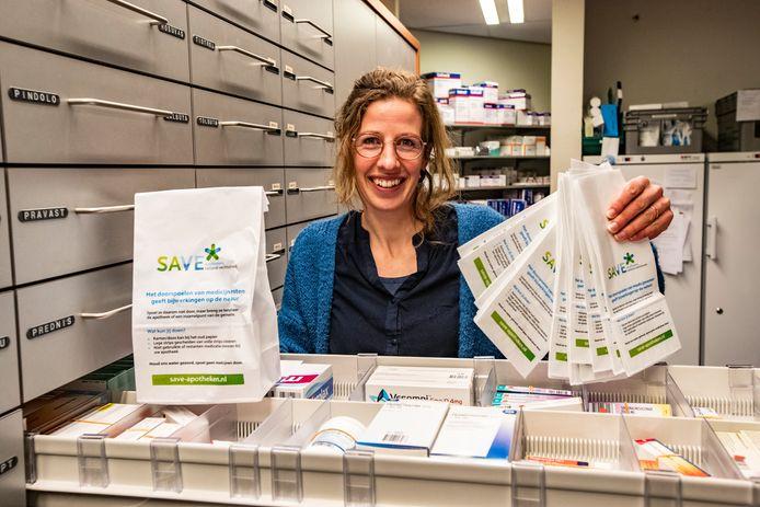 Francien Lamers-Paalhaar van Apotheek Raalte showt namens SaVe de zakjes waarin mensen hun medicijnresten kunnen inleveren om vervuiling van het milieu te voorkomen.