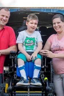 Dolblij met nieuwe rolstoelbus voor zieke Benjamin (6) uit Almelo