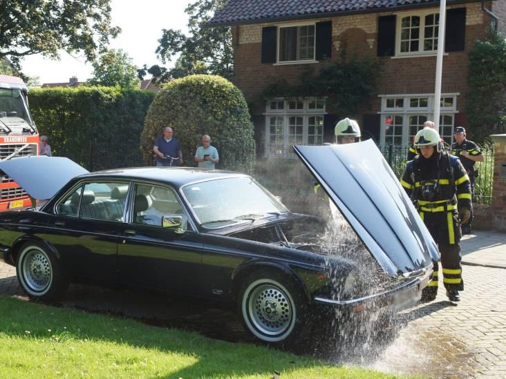 Klassieke Jaguar vliegt spontaan in brand in Waalwijk