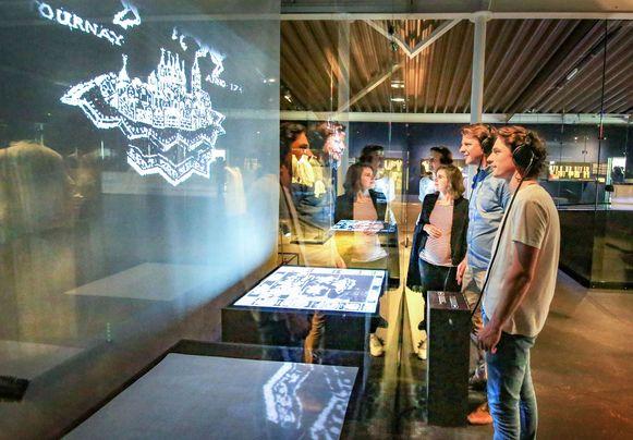 Overkoepelend directeur van de musea Isabelle Dejaegere, conservator Sylvie De Coster, schepen Axel Ronse en lichtkunstenaar Alexander Stragier, in de Schatkamer XL.