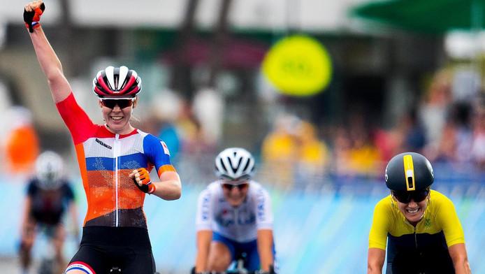 Anna van der Breggen wint goud in de wegrace.