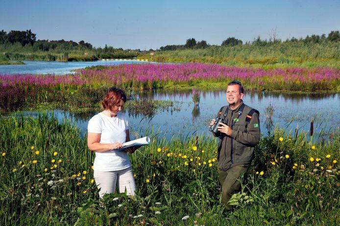 Ecologisch adviseur Alexandra Haan en boswachter Thomas van der Es in de kleurrijke Noordwaard.