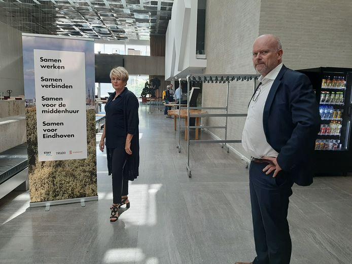 Angela Pijnenburg van Wooninc. en Theo van Kroonenburg van Trudo bij de presentatie van de plannen voor middeldure huurwoningen in het Stadhuis van Eindhoven.