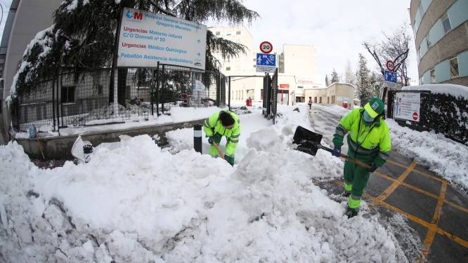 Sneeuw blokkeert wegen in Madrid: zorgverleners moeten soms uren stappen om ziekenhuis te bereiken