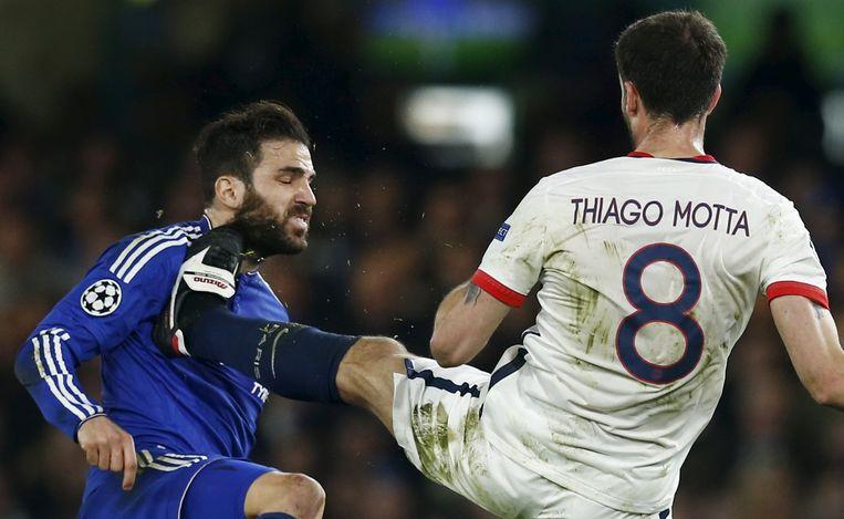 Thiago Motta was als speler geen doetje, zo mag ook Cesc Fabregas hier op dit beeld uit 2016 ervaren.