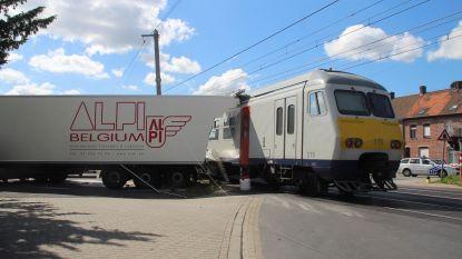 """Trein rijdt in op vrachtwagen op spooroverweg: """"Machinist remde ineens hard en vluchtte uit cabine"""""""