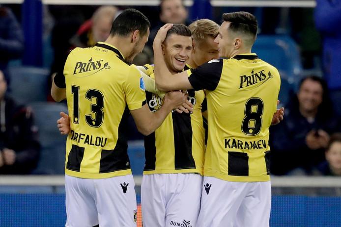 Vyacheslav Karavaev (8) feliciteert Bryan Linssen (midden) met een doelpunt.