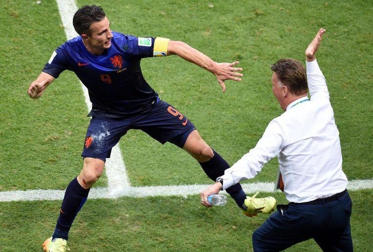 Van Persie en Van Gaal vieren een magistraal doelpunt tegen Spanje. Beeld anp