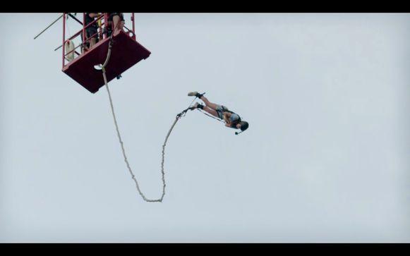 In de eerste aflevering moest Liesbeth een bungeejump doen vanop 60 meter. Het was met knikkende knieën, maar ze sprong.
