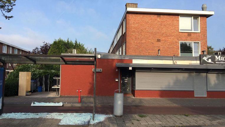 Het bushokje voor het restaurant is vernield door de explosie Beeld Bas Robben