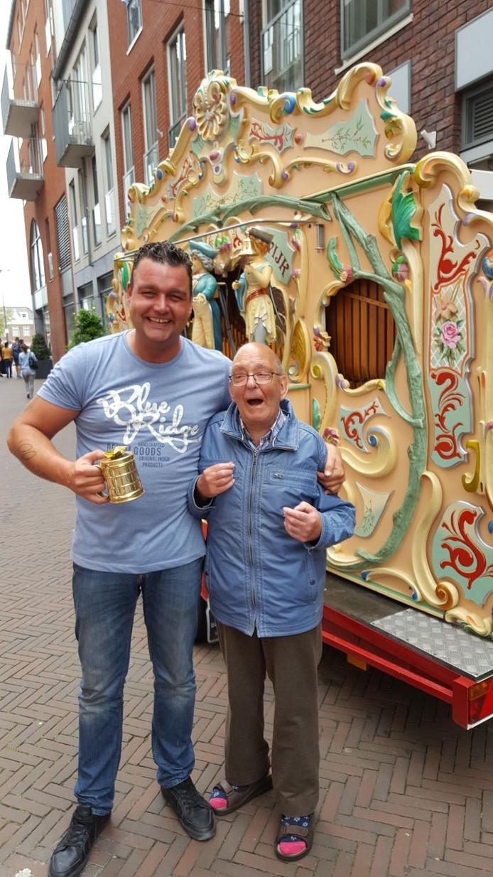 Eén van de zoons van Koos Meulkens (links) met de inmiddels overleden fan Henk van Sermond.