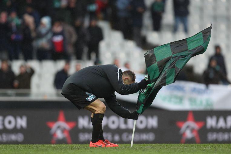 Cercle-speler Cardona plant de groen-zwarte vlag op de middenstip van Jan Breydel. Tot grote woede van blauw-zwarte spelers én fans.
