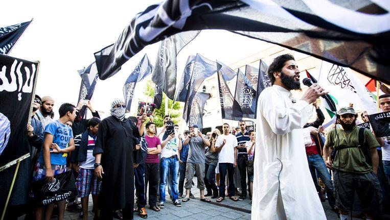 Azzedine C. spreekt tijdens een IS-demonstratie in Den Haag Beeld null