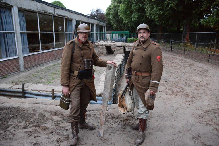 Twee leden van De Patrouilleurs aan de loopgraven.