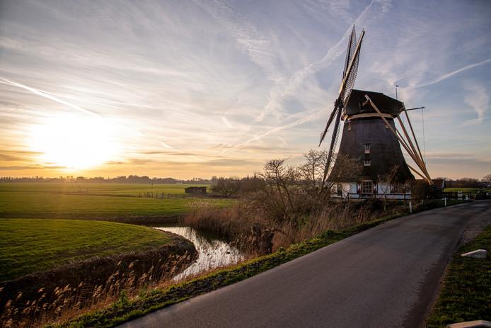 De Mondriaanmolen aan Gein-Zuid krijgt mogelijk gezelschap van enorme moderne windmolens.